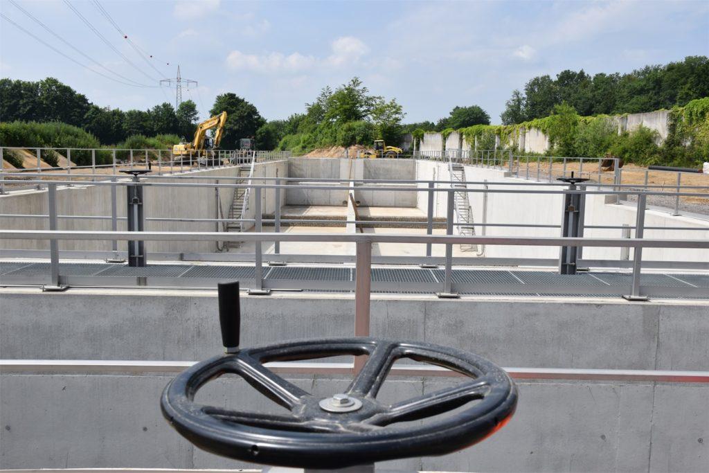 Direkt neben der erweiterten Rastanlage Lichtendorf an der A1 wird ein großes Regenrückhaltebecken gebaut.