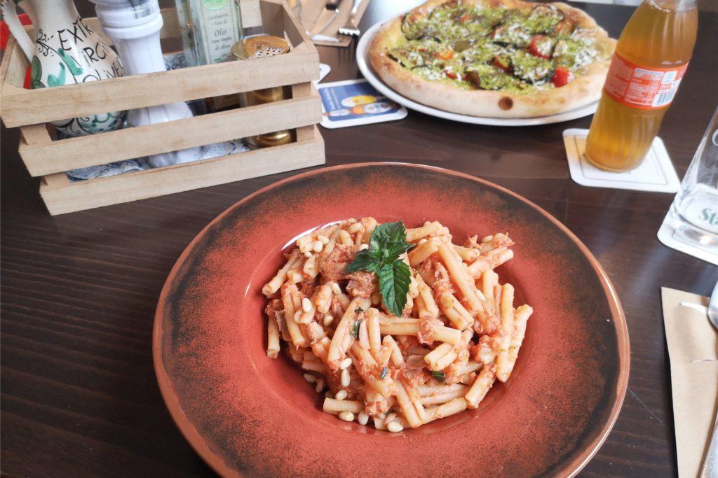 Die Pasta Carrittera mit Thunfisch wurde mit Minzblättern garniert. Die Pizza Curiusa meiner Kollegin wurde mit Pistazienpesto serviert.