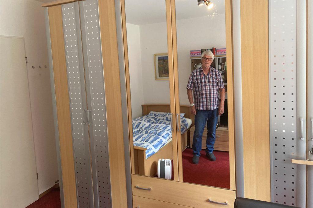 Willi Költz und sein Schrank. Der muss erst einmal aus dem Schlafzimmer verschwinden.