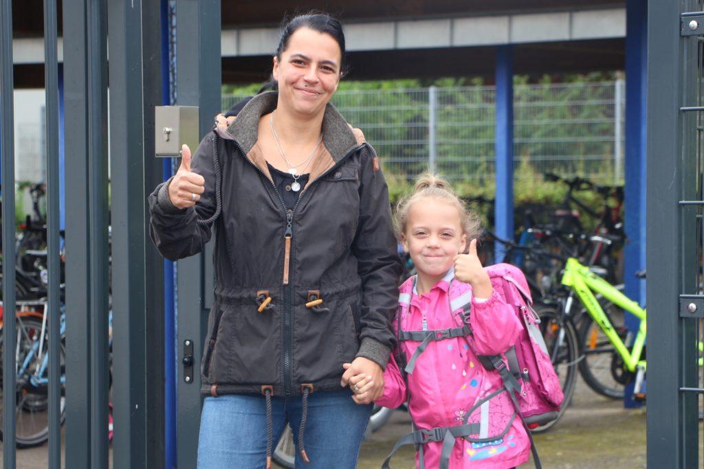Geschafft! Gut vorbereitet blicken Mutter und Tochter dem ersten Schultag entgegen. Zunächst wird Luna Schlagheck noch von ihren beiden Brüdern begleitet werden.