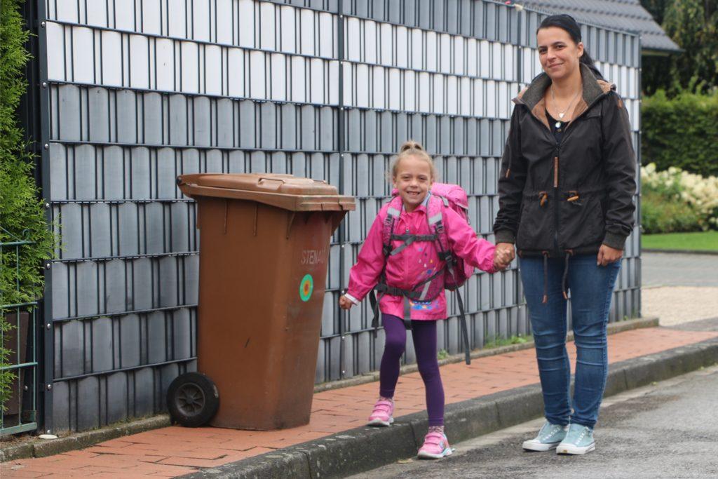 Besonderer Hinweis beim Üben: Problematisch wird es gerade an den Tagen, an denen der Müll abgefahren wird. Durch den schmalen Gehweg müssen die Kinder zum Teil auf die Straße ausweichen.