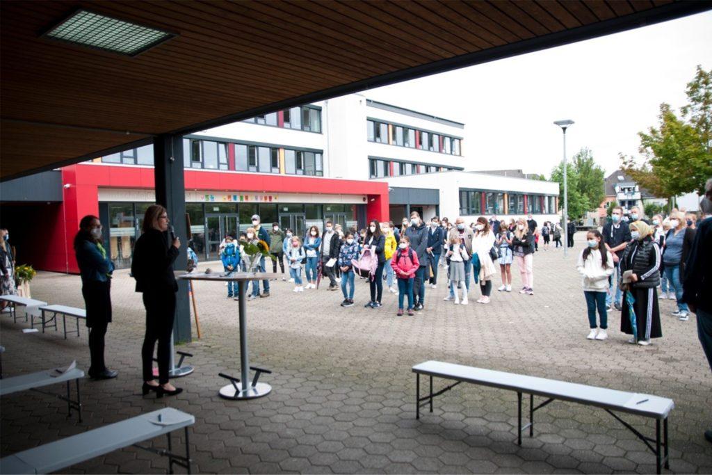 Auf dem Schulhof begrüßte die neue Schulleiterin der Gesamtschule Gänsewinkel Eva Graß-Marx die neuen Fünftklässler. Alle freuen sich, wieder in die Schule zu dürfen.