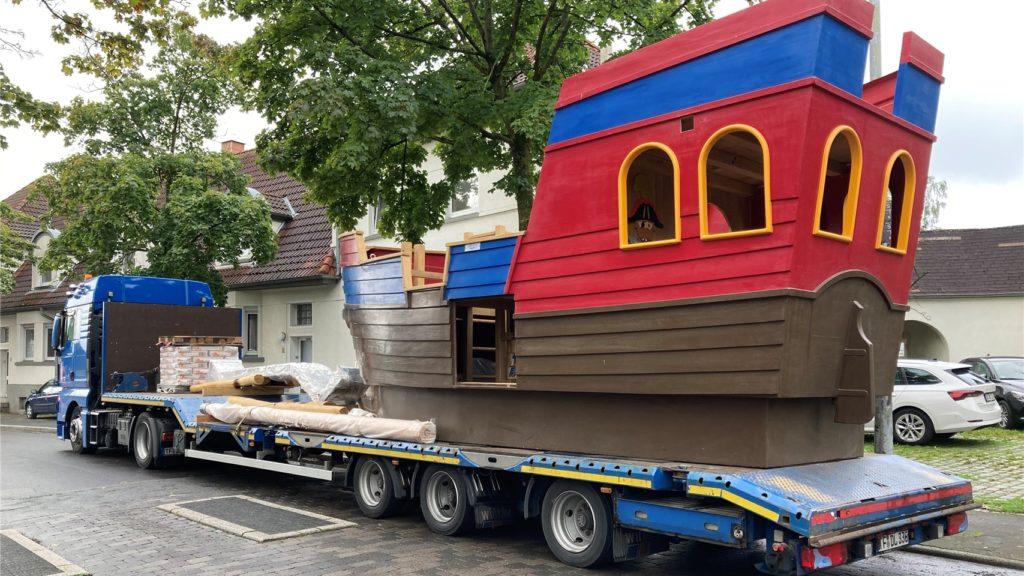 Das große Playmobil-Schiff wartet darauf, in den Garten des Martin-Luther-Kindergartens in Brambauer einlaufen zu können - der Kran lässt auf sich warten.