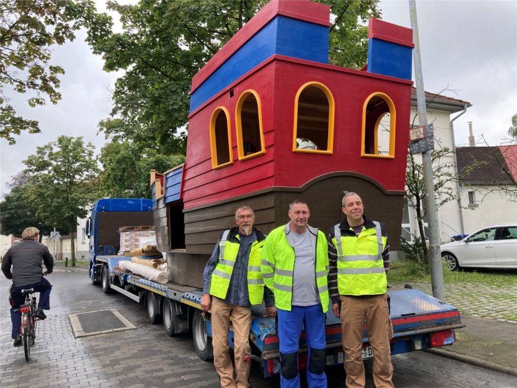 Mario Möbert (r.) und seine Kollegen betreuen den Aufbau des Schiffs.