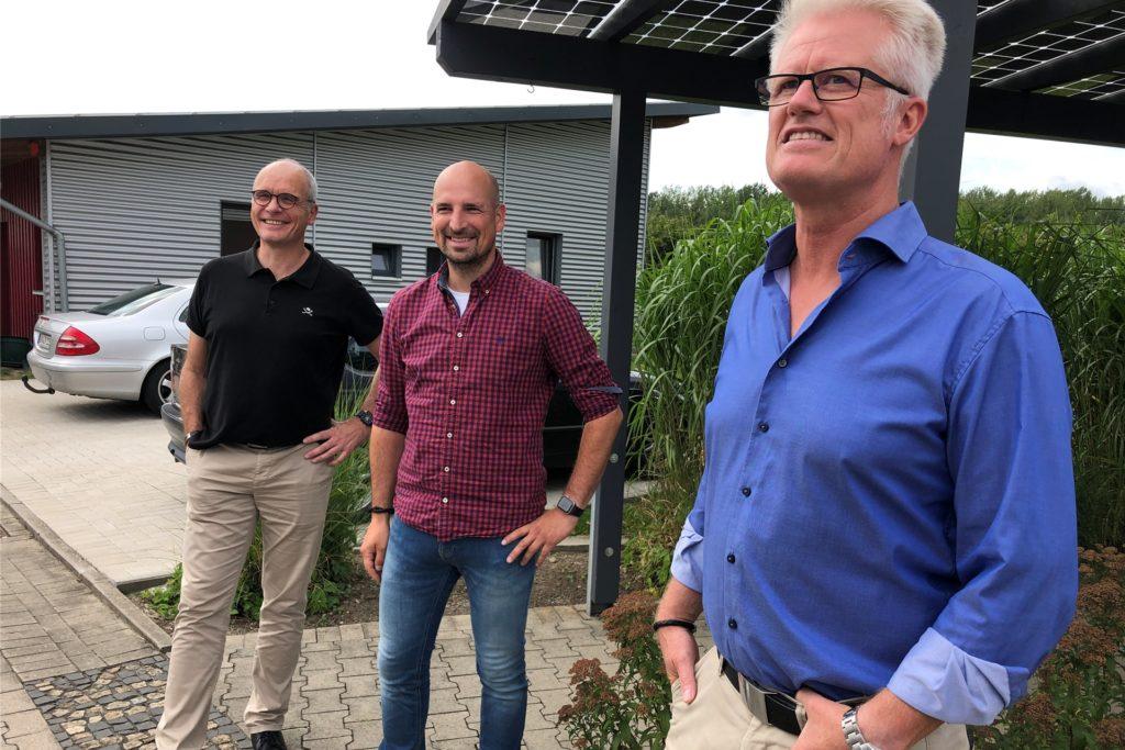 Haben mit ihrem Team allein im vergangenen Jahr bis zu 450 Photovoltaikanlagen verkauft: (v.r.) die Geschäftsführer Thomas Ebbes und André Schöneis und Axel Bublies von der Projektabwicklung der Firma Ebbes.