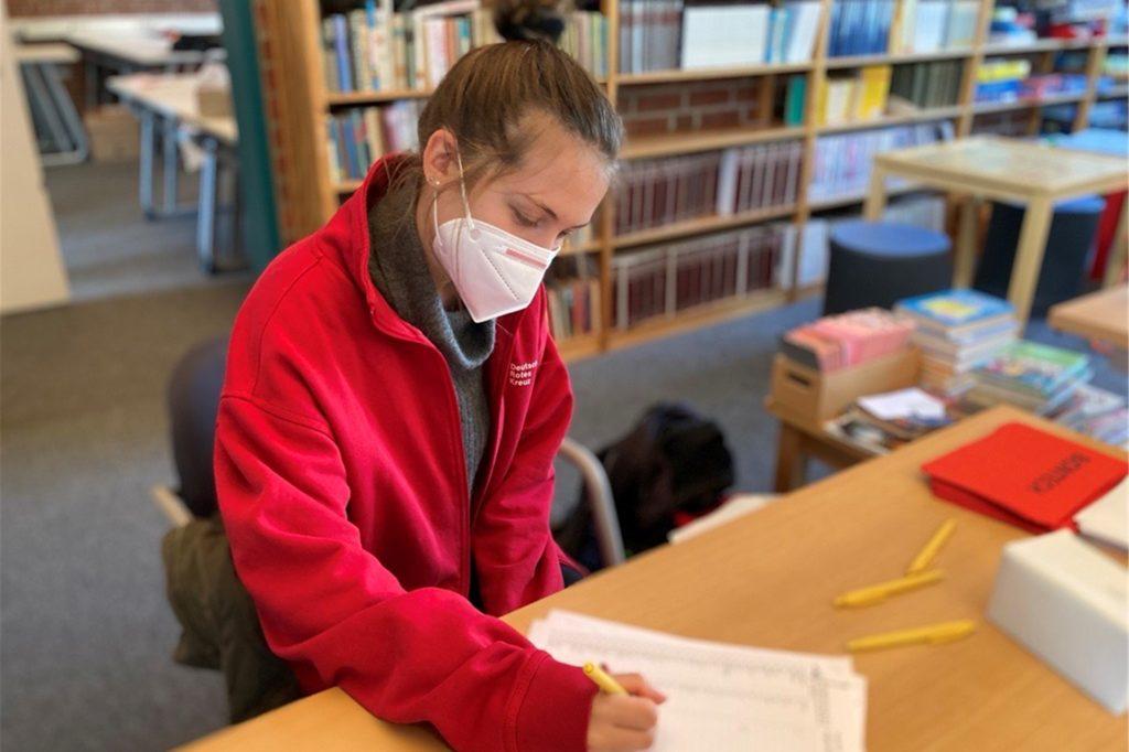 Lea Glowienka vom roten Kreuz hakt die impfwilligen Schüler auf ihrer Liste ab. Um 10.30 Uhr zählt sie 14 Häkchen.