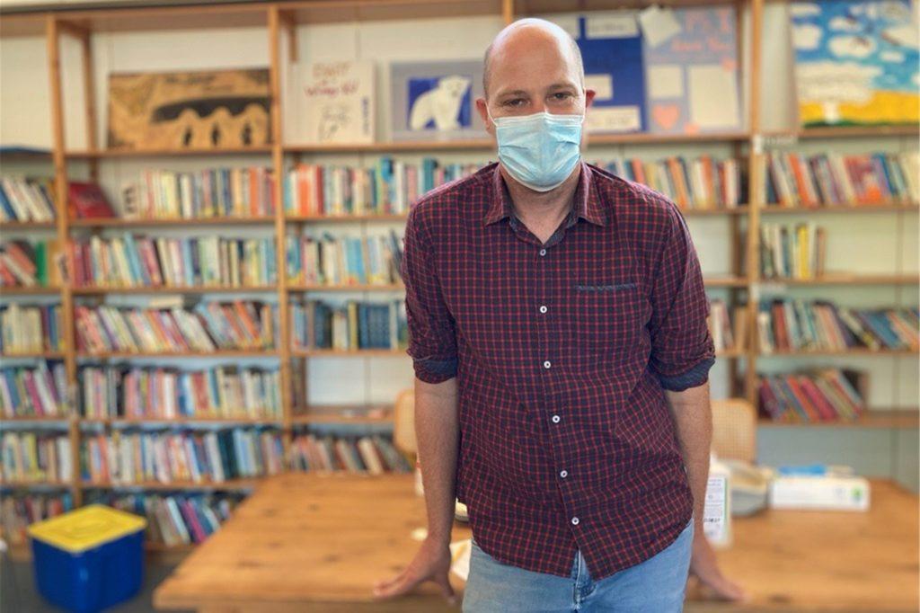 Kai Wermelt ist organisatorischer Leiter des Impfzentrums in Dülmen und ist am Mittwochmorgen (25.8.) in der Schulbibliothek der Wolfhelmschule vor Ort.