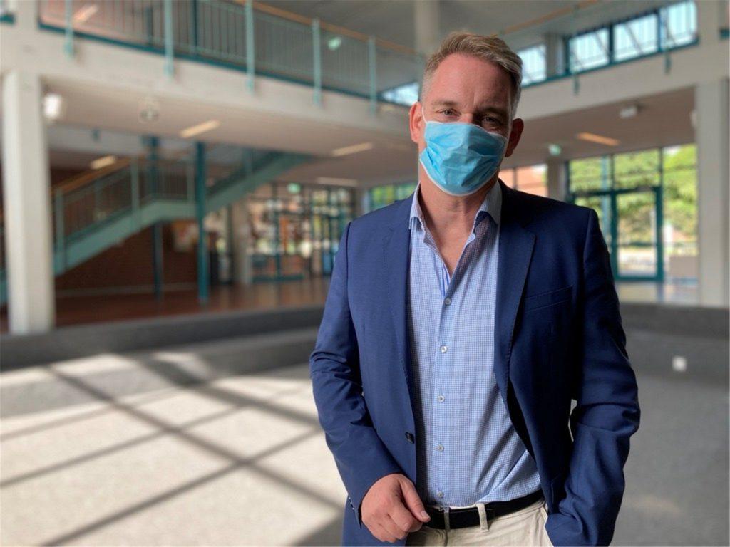 Schulleiter der Wolfhelmschule in Olfen ist von der Impfaktion an seiner Schule überzeugt und dankt dem Kreis Coesfeld für die Möglichkeit.