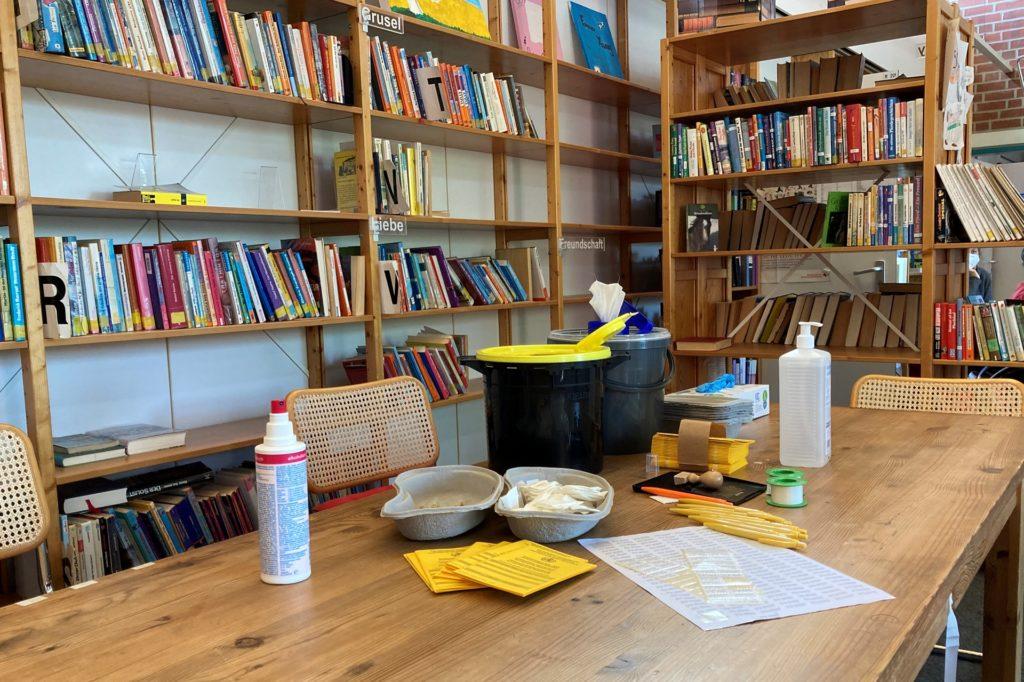 In der Schulbibliothek ist die mobile Impfstation am Mittwochmorgen für alle impfwilligen Schüler ab 16 Jahren aufgebaut.