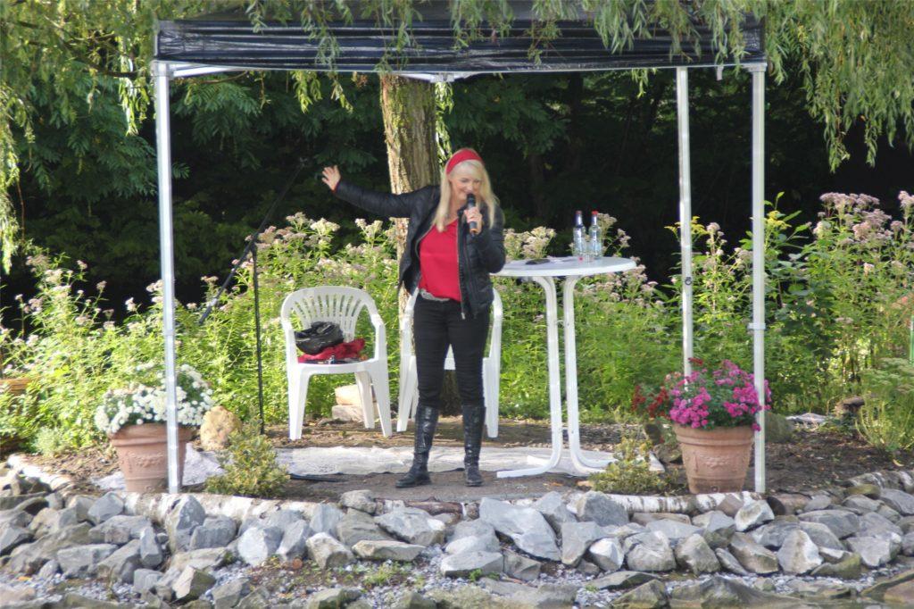 Mit reichlich Abstand von der Bühne zum Publikum brachte Barbara Ruscher gute Laune in den Südpark.