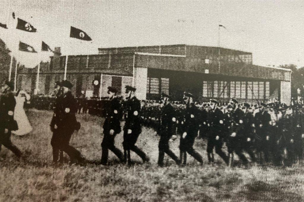 Eine Militärparade am Brackeler FLughafen.