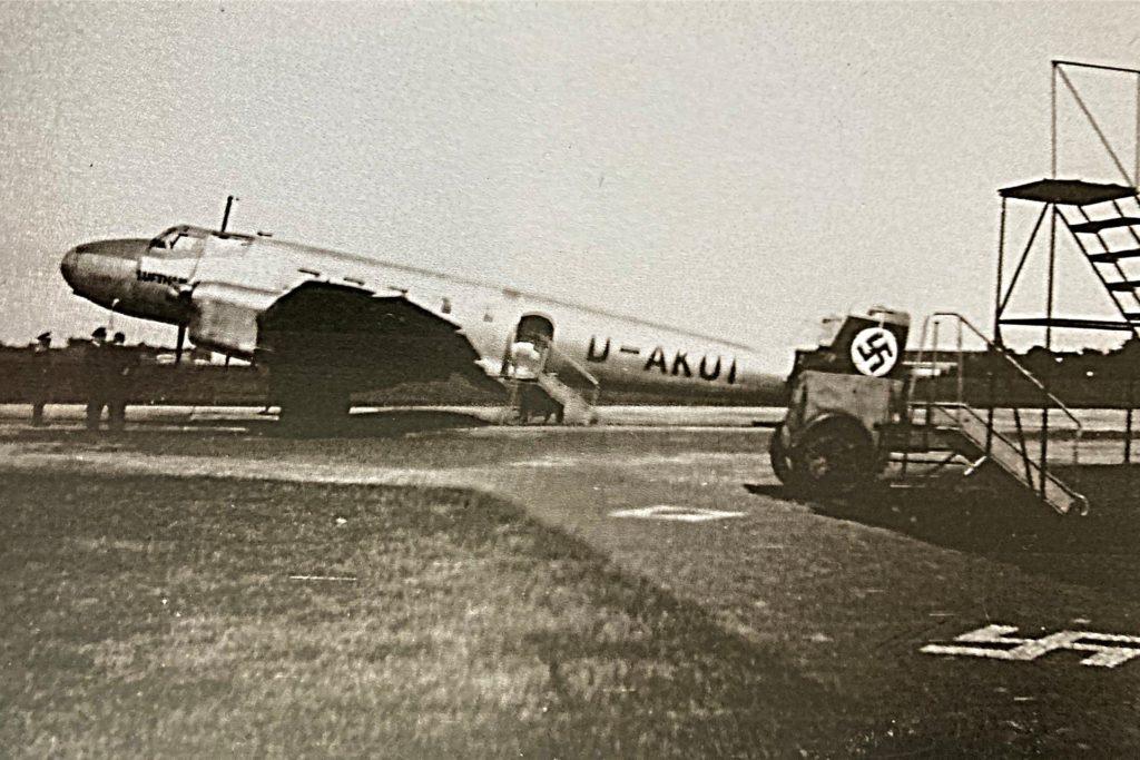 Zunächst bauten die Nazis einen Militärflughafen am östlichen Ende des Geländes - zum Kriegsbeginn wurde dann auch der zivile Teil militärisch genutzt.