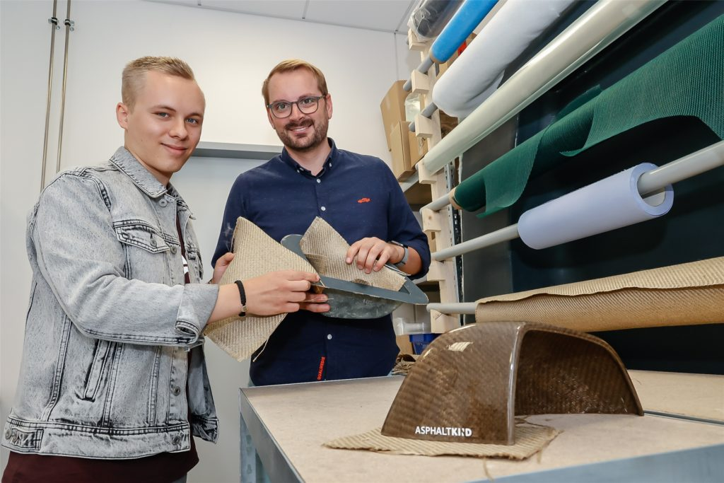 Der Werkstoff Naturfaser, den Nils Freyberg (r.) und Tiado Janis Pieperhoff aus Dortmund hier zeigen, ist besonders leicht und wird CO2-neutral hergestellt.