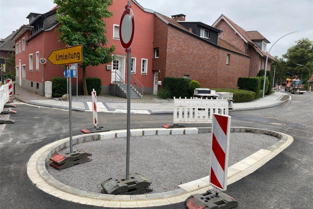 Die Mittelinsel war unter anderem ein Anliegen des Seniorenbeirates, da die Lüdinghauser Straße an der Einmündung zur Sandstraße so breit ist, dass Senioren an der Stelle nicht schnell über die Straße kommen.