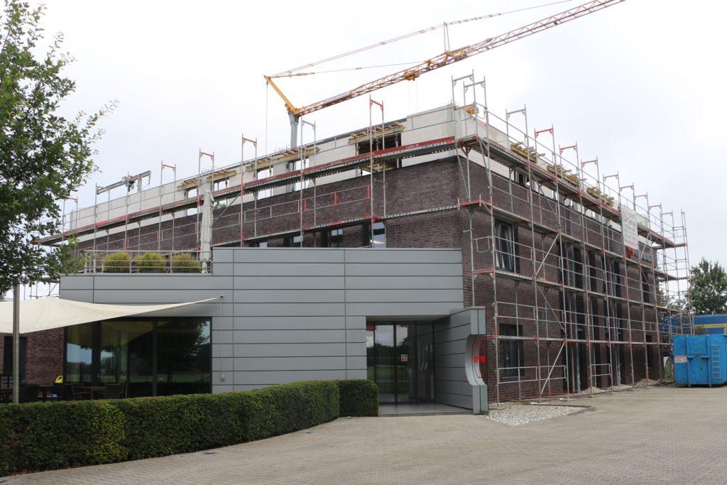 Das Bürogebäude wird aufgestockt, zum Sommer 2022 hofft man, die neue Etage nutzen zu können.