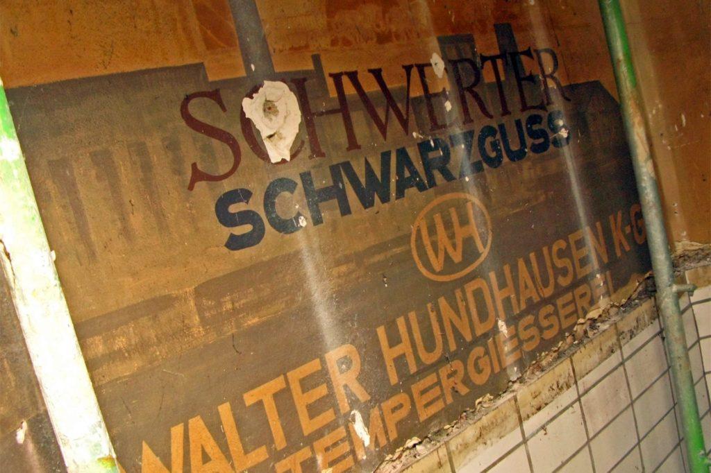 Auf die Wände der großen Bahnhofshalle malte Ernst Montenbruck Werbung für Schwerter Wirtschaftsunternehmen wie die Gießerei Hundhausen. Mit einer Schutzschicht konserviert, sind sie hinter einem Neuanstrich verschwunden.