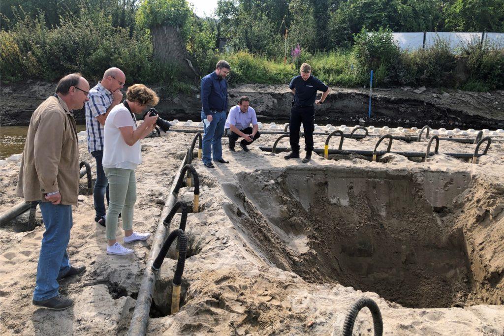 Auf der eigens über dem Verdachtspunkt aufgeschütteten Bergungssinsel in der Berkel wurde das Grundwasser mit Hilfe von Pumpen abgesenkt, um ein 3,50 tiefes Loch graben zu können. Dort entdeckte der Kampfmittelbeseitiger einen rostigen Eimer.