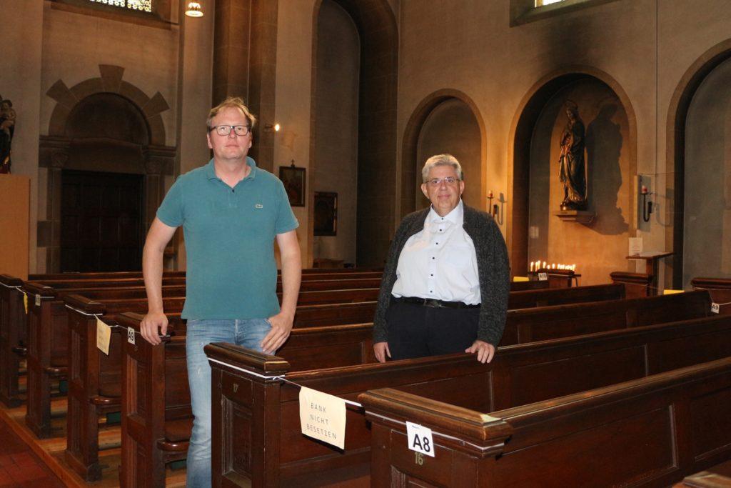 Stephan Bengfort (l.) und Pfarrer Stefan Scho im letzten Joch der Kirche: Dort werden bald die Arbeiten für den künftigen Pfarrsaal aufgenommen.