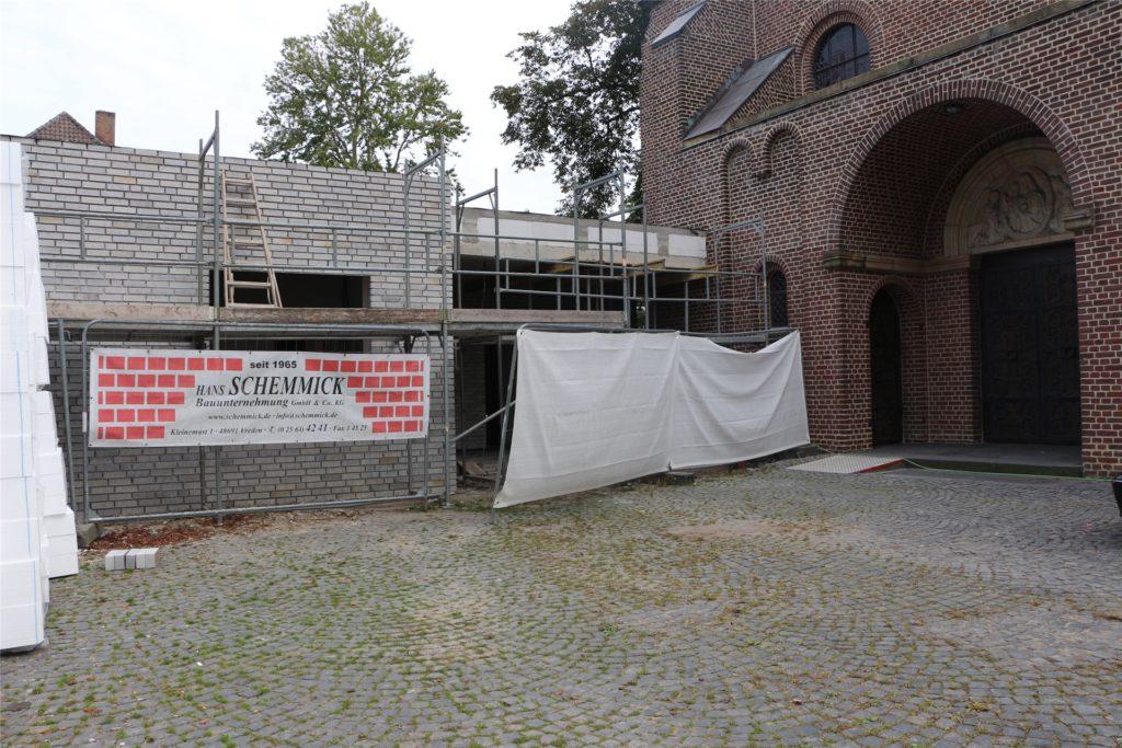 In rund zwei Wochen sollen die Fenster geliefert werden. Dann wird auch der Rohbau des Pfarrheims dicht sein.