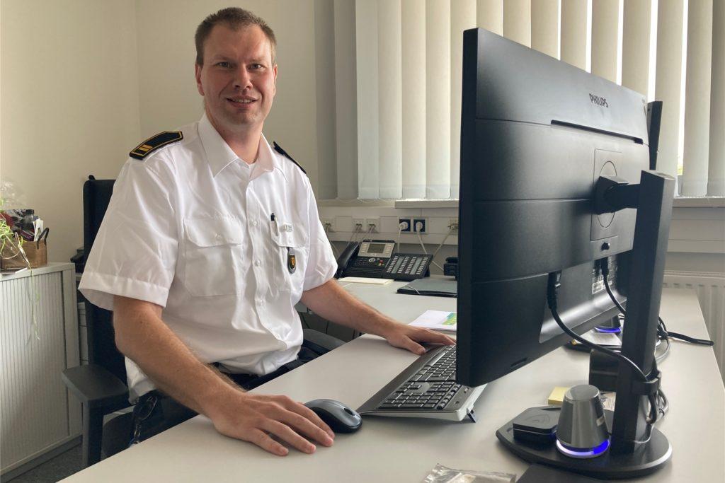 An seinem neuen Schreibtisch in der Feuerwache in Lünen hat Christian Märkert sich schon eingerichtet.