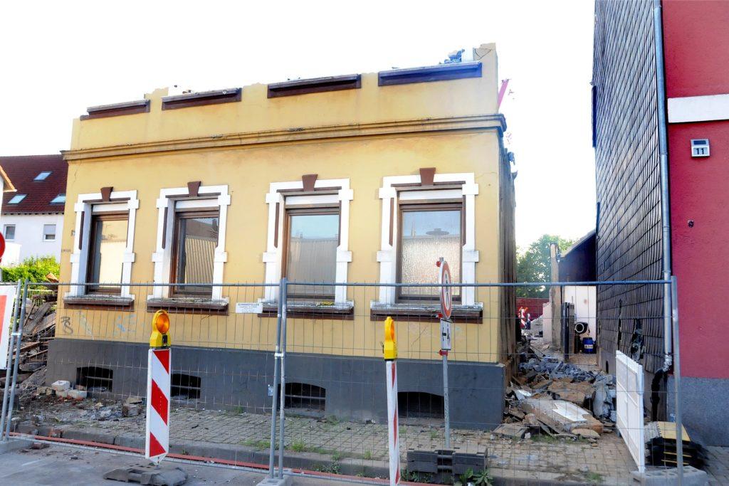 Beim Abriss des Hauses Kantstraße 9 krachte ein großes Wandstück aus dem oberen Geschoss gegen die verschieferte Seitenwand des Nachbarhauses Kantstraße 11 und beschädigte sie schwer.