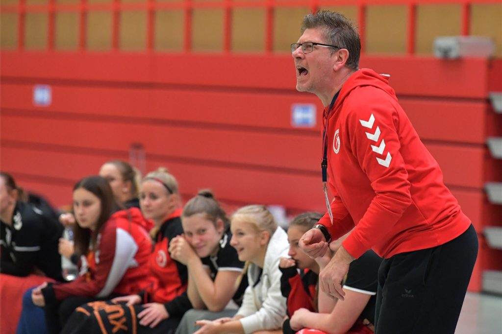 Trainer Andre Schwedler und die Damen des VfL Brambauer starten am Sonntag in die neue Spielzeit.