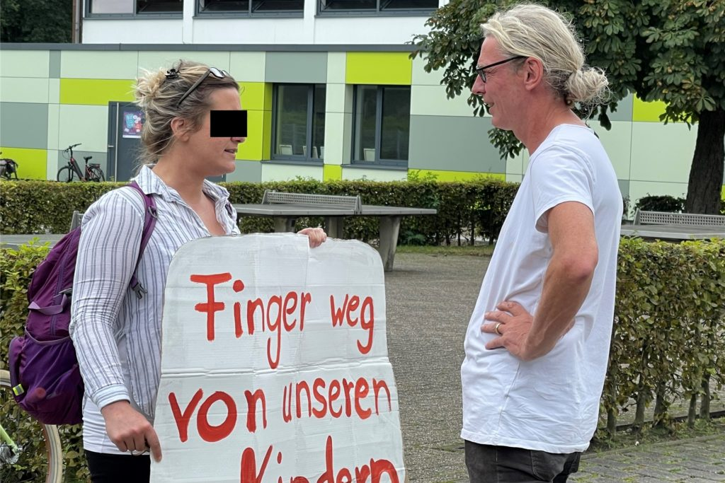 Markus Frohne, pädagogischer Leiter des Jugencampus, erteilt einer Impfgegnerin einen Platzverweis.