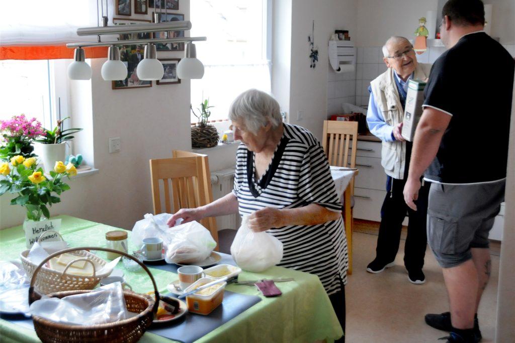 Eigentlich hatten Erna und Karl-Heinz Vogel sogar den Frühstücktisch für Timo Großgart gedeckt. Doch weil der mit einer größeren Helfergruppe kam, die noch weitere Ziele abklappern musste, wurden davon schnell Lunchpakete und eine Thermoskanne mit Kaffee zubereitet.