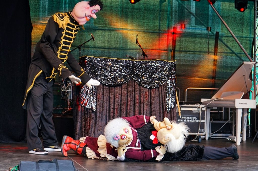 Die abgedrehte Puppenshow sorgte für viele Lacher.