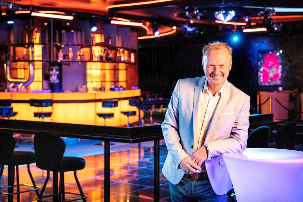 Der Schwerter Frank Neuenfels ist seit der Eröffnung im Jahre 2017 Projektleiter des Tanzlokals Fox auf der Hohensyburg. Dank seiner guten Beziehungen in die Branche kann er dort immer wieder bekannte Schlagerstars auf die Bühne locken.