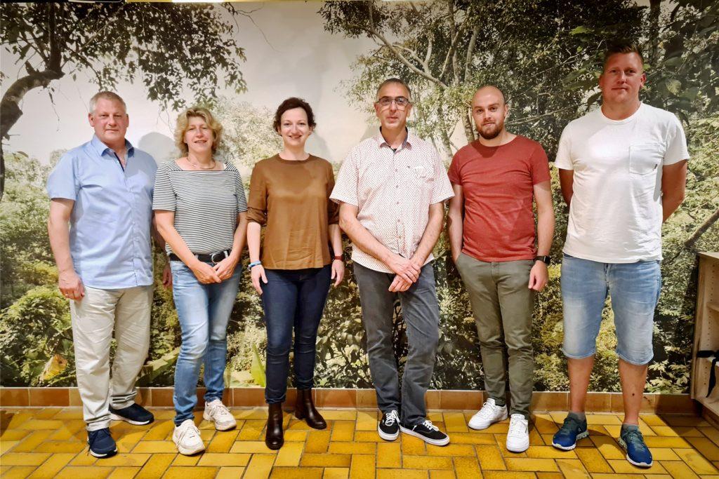 Der neu gewählte Vorstand: Dieter Berkemeier, (v.l) Gabi Uppenkamp, Frauke Ellerkamp, Thomas Brinkmann, Tobias Ebbing und Jugendhausleiter Johannes Kuiper