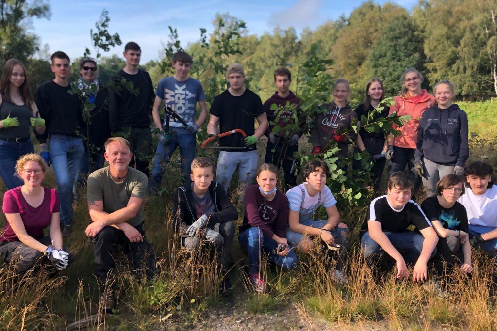 Mit Sägen und Astscheren rückten die Schüler Birken und Traubenkirschen zu Leibe.