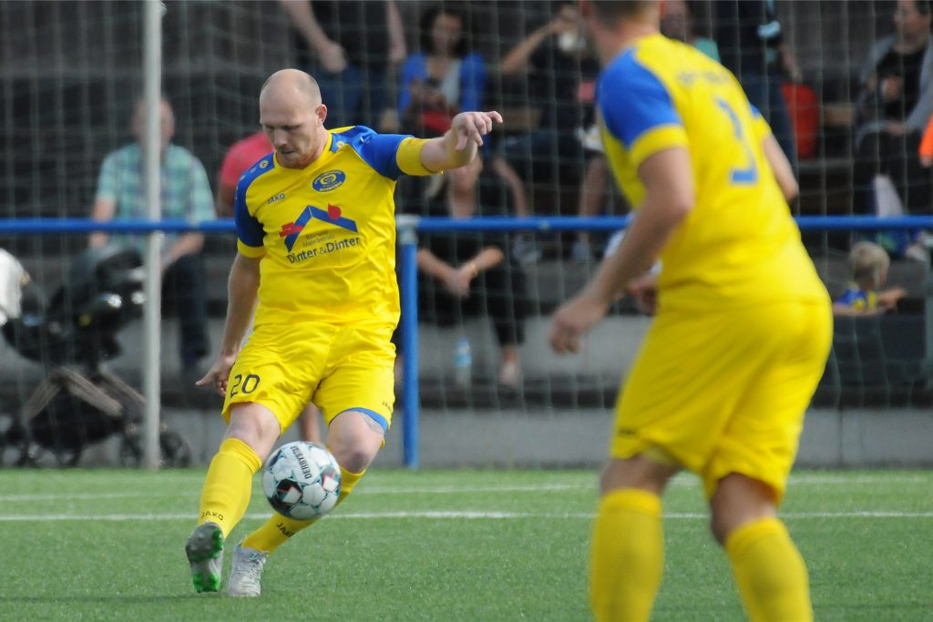 Die Schweriner, hier mit Kapitän David Wagener am Ball, sind nach drei Spieltagen noch ungeschlagen.