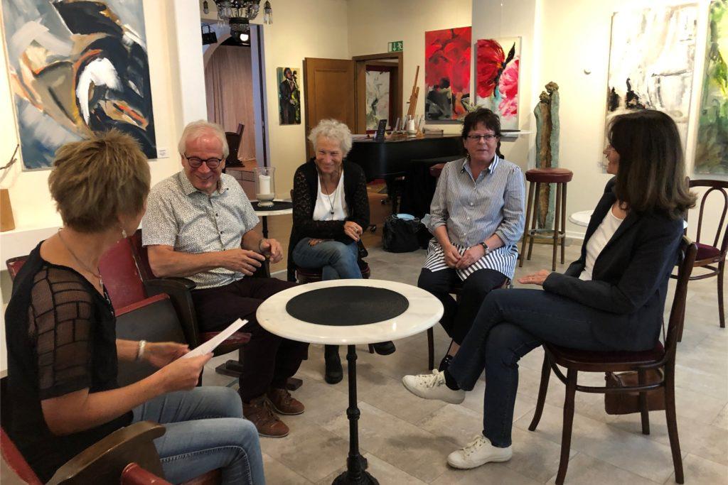 Der Aktivenkreis und der KuK-Vorsitzende Ulrich Haas (2.v.l.) können jetzt ihre Arbeitssitzungen in gemütlicher Bistroatmosphäre genießen. Und die Besucher die Veranstaltungen auch.