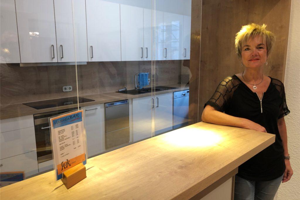 Eine hochmoderne Küche erleichtert den KuK-Mitgliedern wie hier Claudia Wanzki die Arbeit bei der Bewirtung der Gäste. Und einen coronagerechten Spuckschutz hat die Getränke-Durchreiche auch.