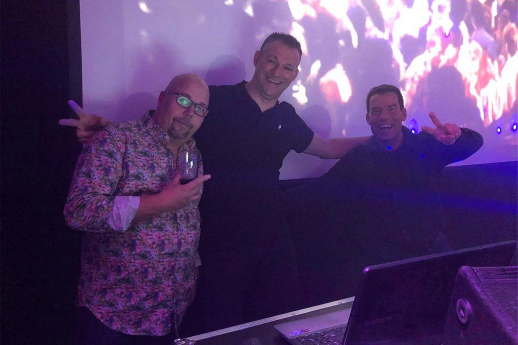 Thomas Averkamp (Mitte) glaubt immer noch an das Hitpotenzial des Songs, den er vor 15 Jahren aufnahm. Wann er wieder Partys in Schermbeck feiern kann, weiß er aber noch nicht.