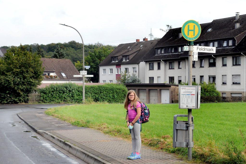 Im Hintergrund weit und breit nichts als Wiese. Übersichtlicher als an der Haltestelle Feldmark kann es eigentlich kaum sein. Und trotzdem ließ ein VKU-Bus der Linie 31 die neunjährige Lia hier am frühen Morgen stehen.