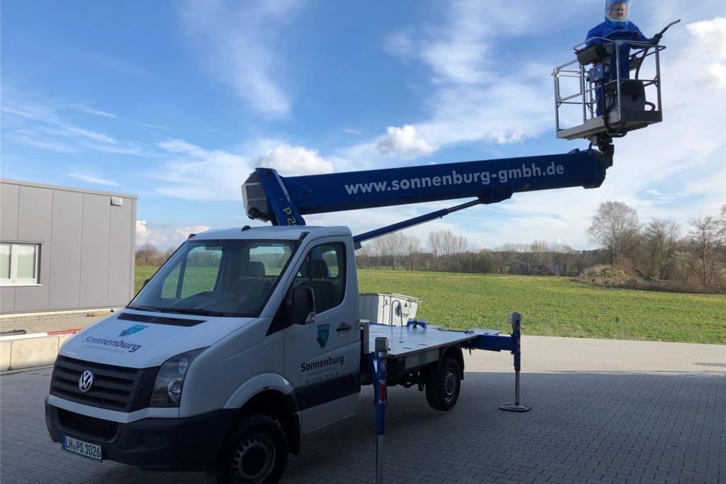 Die Firma Sonnenburg aus Nordkirchen bekämpft mithilfe von Hubwagen auch den Eichen-Prozessionsspinner.