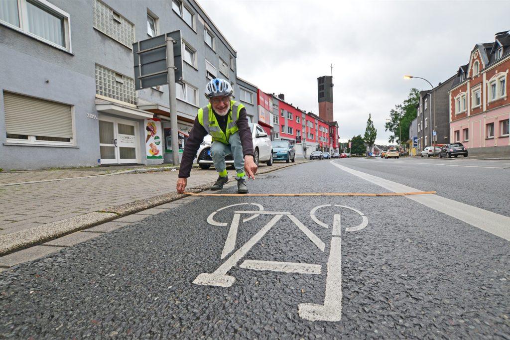 Exakt 1,85 Meter breit ist der Radfahrstreifen an der Provinzialstraße.