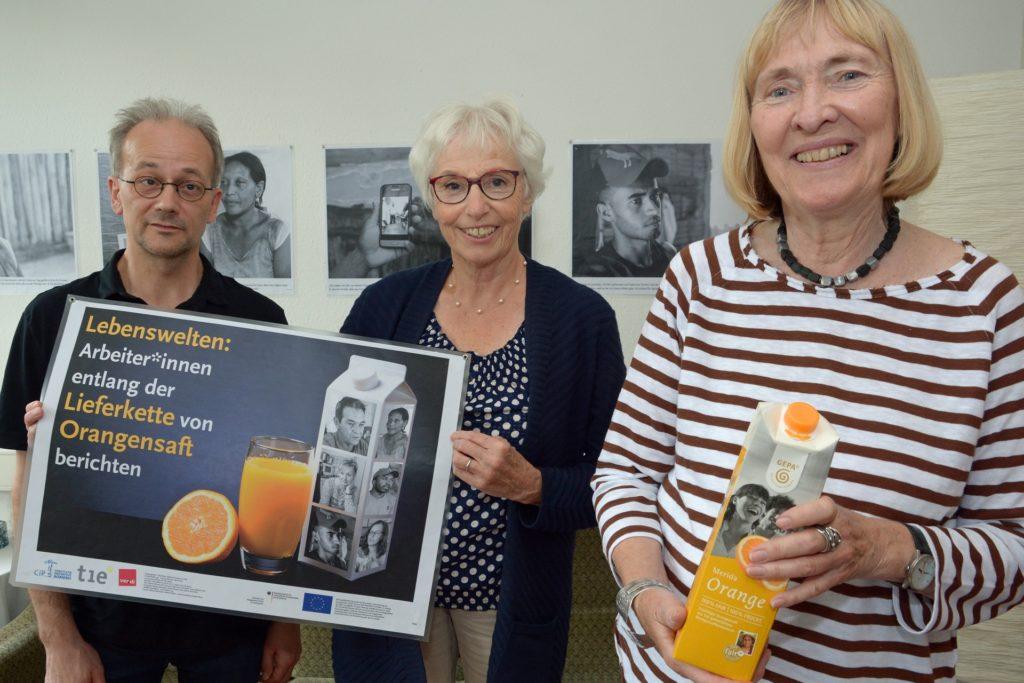 Ralf Haselhoff, Annegert Günther und Monika Böhm (r.) vom Arbeitskreis Eine Welt wollen mit der Ausstellung die Schattenseiten der Orangensaft-Lieferkette zeigen.