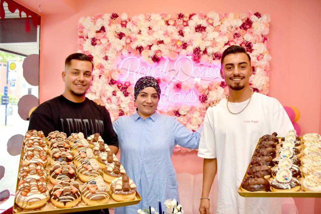 Familienbetrieb trotz großem Franchise-Unternehmen: Die Filiale in Ahaus betreibt Burak Elmaz (22, l.) zusammen mit seinem Bruder Cihat (20) und seiner Mutter Aynur Elmaz (45). Als Geschäftsführer hat er schon seine zweite Filiale der Donut-Kette eröffnet.