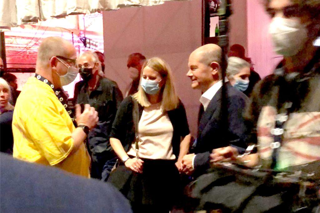 Michael Genn (l.) im Gespräch mit Bundesfinanzminister und SPD-Kanzlerkandidat Olaf Scholz hinter den Kulissen der ARD-Wahlarena. Für die Ahrtal-Hilfe Ahaus setzt Michael Genn voll auf den mittlerweile engen Kontakt in die Politik.