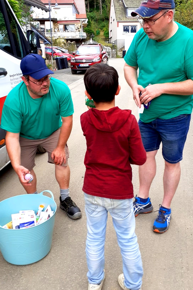 Einen Korb voll kleiner Spielsachen oder Süßigkeiten für Kinder im Flutgebiet haben die Helfer der Ahrtal-Hilfe Ahaus immer im Gepäck.
