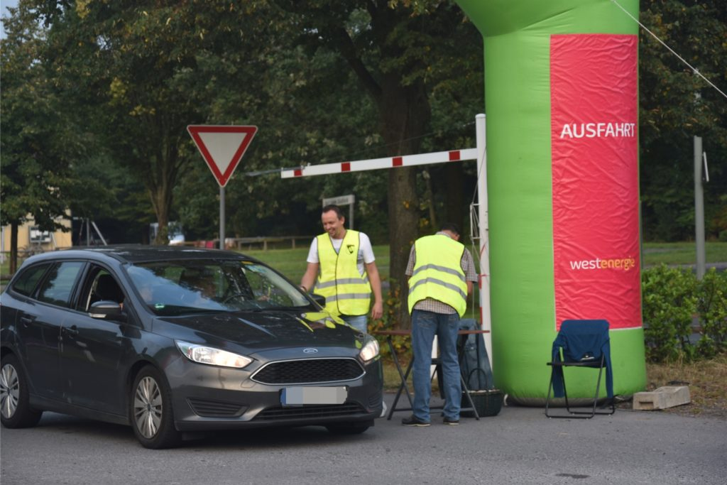 Benedikt Sträter, Vorstandsmitglied der Fußballabteilung des PSV Bork (links) kümmerte sich an der Zufahrt um die Eingangskontrolle und die Abendkasse.