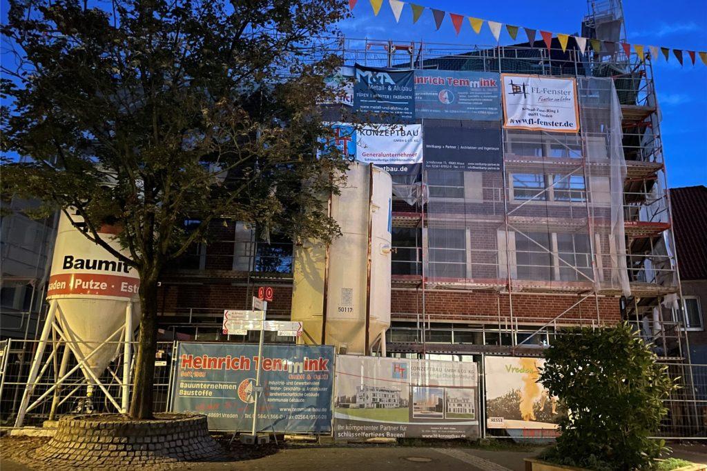 Der große Neubau am Platz des ehemaligen Hauses Kleine, der immer noch mit Baugerüsten umgeben ist und für viele Diskussionen sorgt.