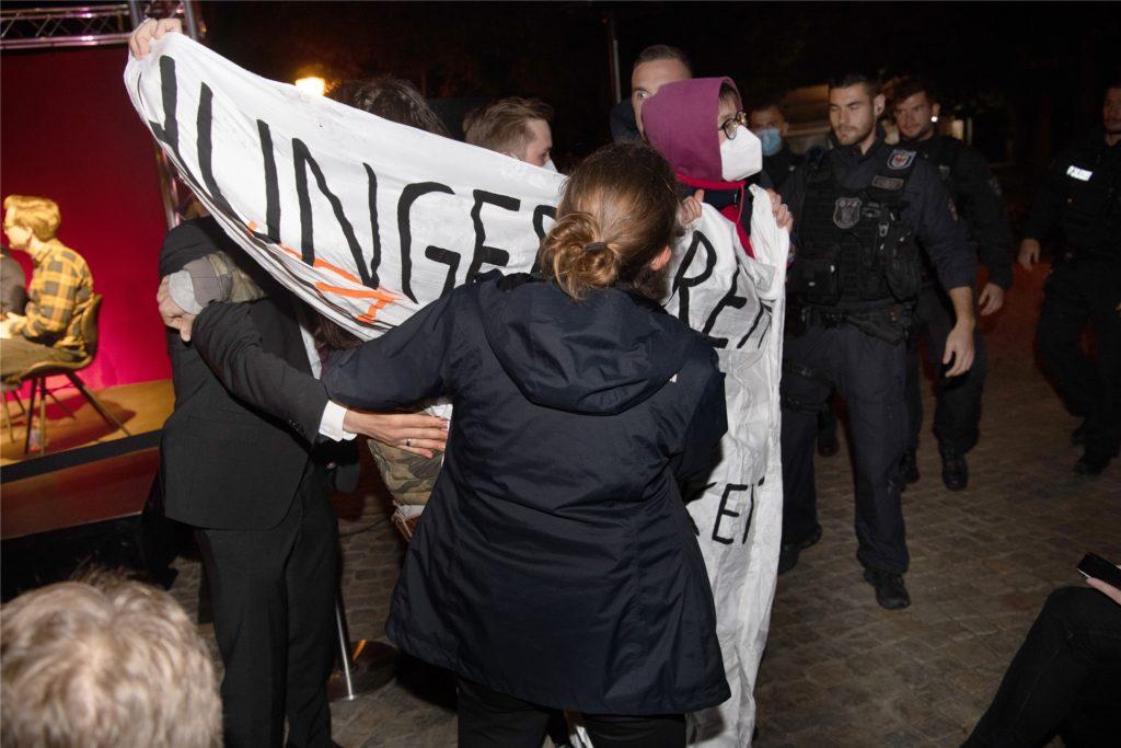 Sicherheitskräfte drängen Klima-Aktivisten bei einer Wahlkampf-Veranstaltung mit SPD-Kanzlerkandidat Olaf Scholz ab. Die Umweltaktivisten, die sich seit Tagen im Berliner Regierungsviertel im Hungerstreik befinden, hatten zuvor ein Transparent entrollt und lautstark eine bessere Klima-Politik gefordert. Mit dabei: Lina Eichler aus Dortmund.