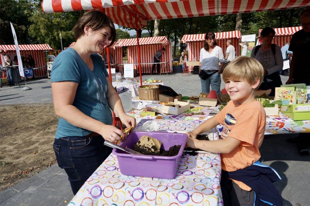Auch die Gesamtschule Wulfen, hier mit Lehrerin Katlen Schwane, war mit einem Umwelt-Projekt vertreten.