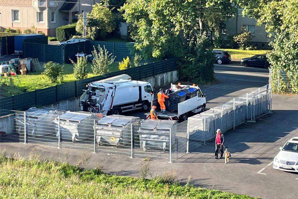Einer der gut ein Dutzend Container-Standorte, hier auf Schwerin: Das sind neuralgische Orte, an denen Bürger immer wieder Müll hinterlassen, der hier gar nicht gesammelt wird. Für den EUV bedeutet das Extra-Arbeit.
