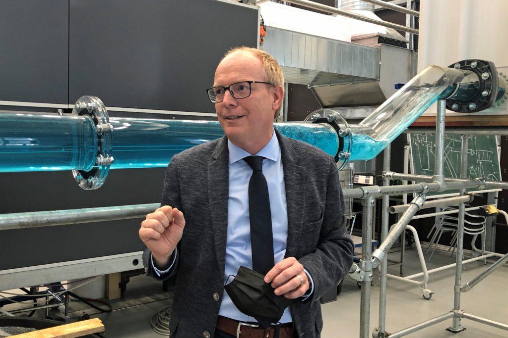 Im Technicum kann Prof. Helmut Grüning Starkregen und seine Folgen simulieren.