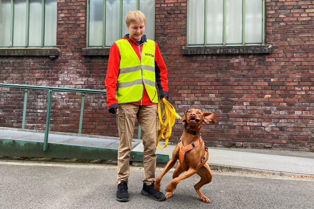 Die jüngsten in der Mantrailing-Gruppe, die auf Zeche Zollern in Dortmund-Bövinghausen traininert, sind die 15-Jährige Mara und ihr Hund Gothi.